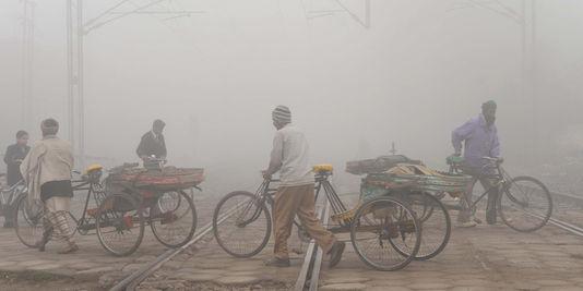1808085_3_db61_des-travailleurs-circulent-a-amritsar-dans-le_f0c9ddbd07b4458f81d9fa9a31b01522